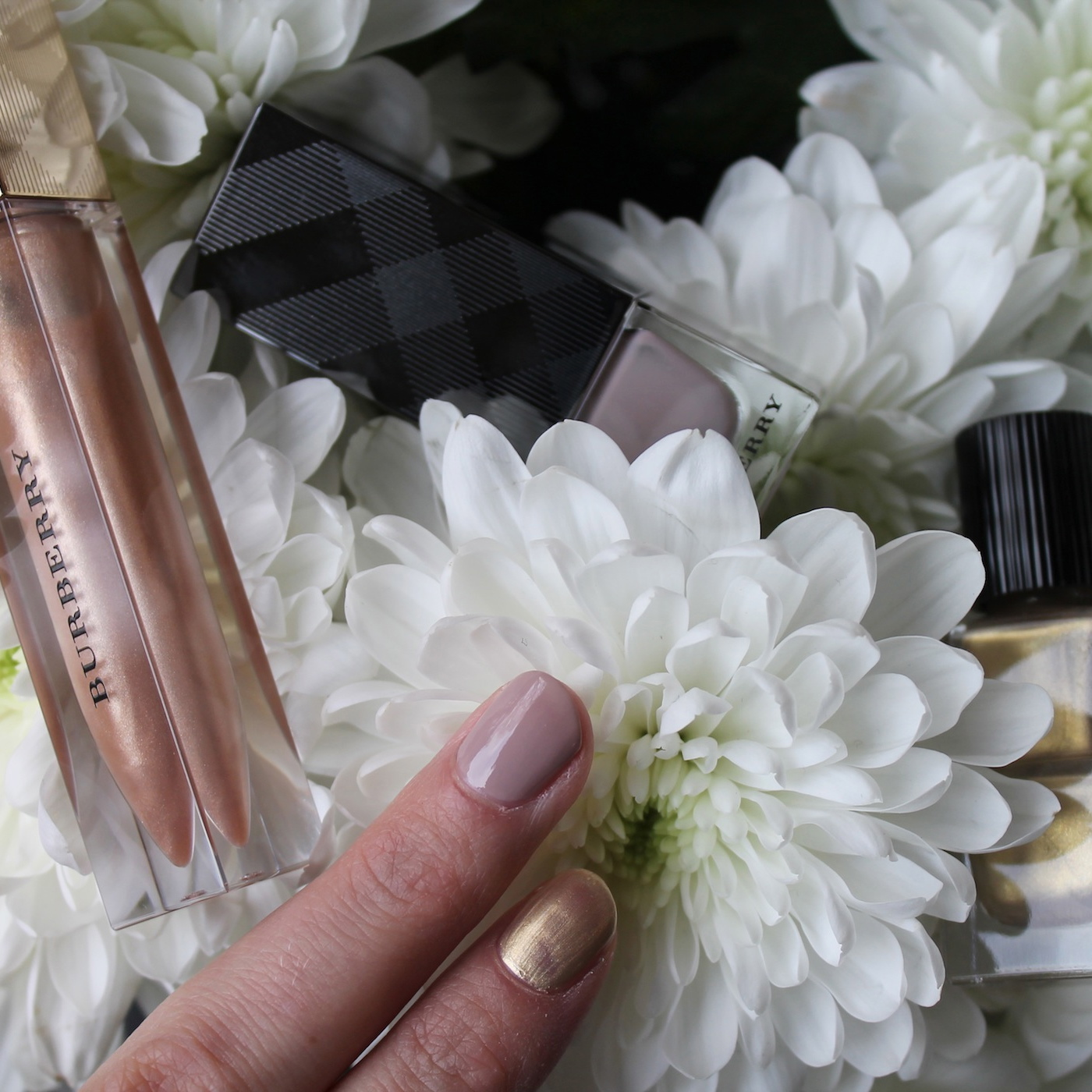 Burberry-Make-up-Test-Trench-Kiss-Lip-gloss-Light-Gold-Nagellack-Ash-Rose-Iconic-Colour
