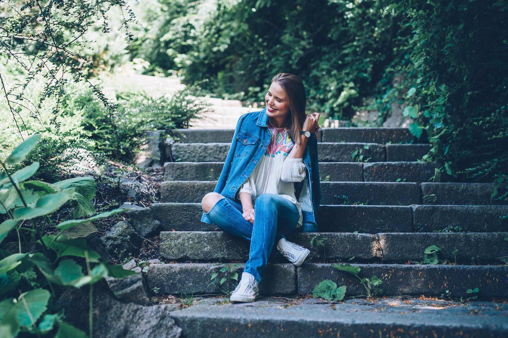 suelovesnyc_susan_fengler_blog_blogger_online_editor_dennis_kayser_jeansjacke_outfit_Hamburg_folklore_bluse_2