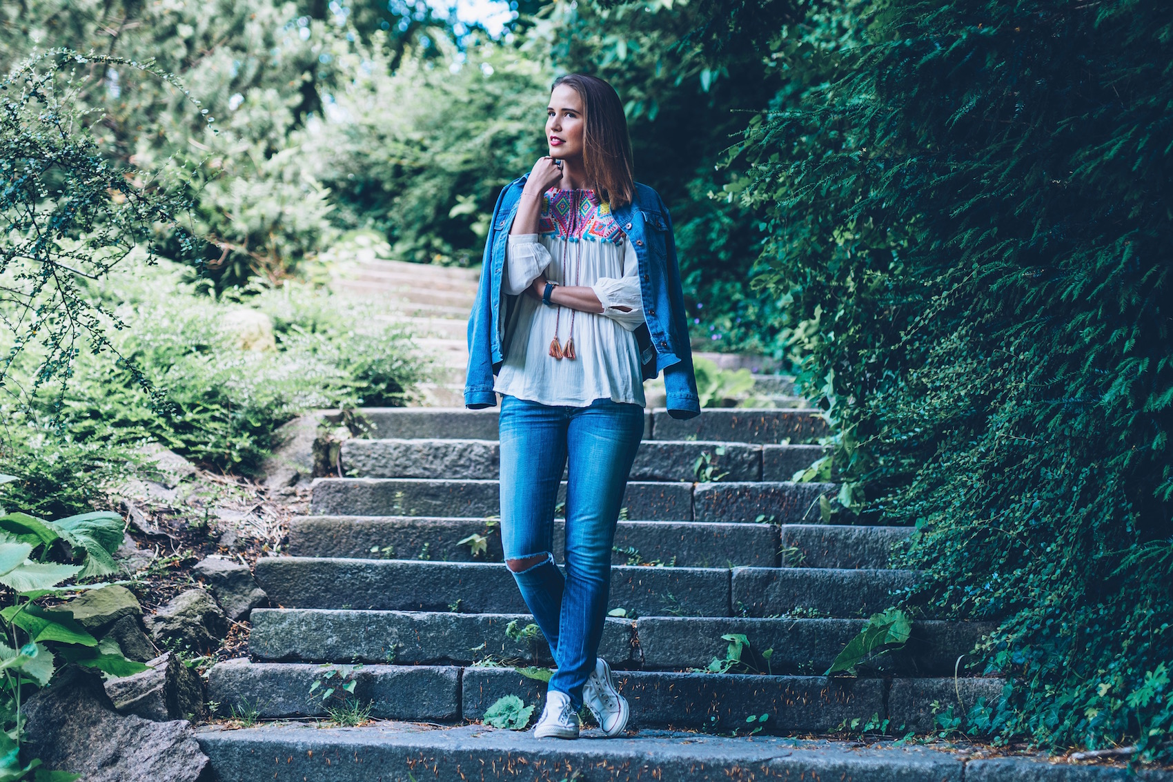 suelovesnyc_susan_fengler_blog_blogger_online_editor_dennis_kayser_jeansjacke_outfit_Hamburg_folklore_bluse_3