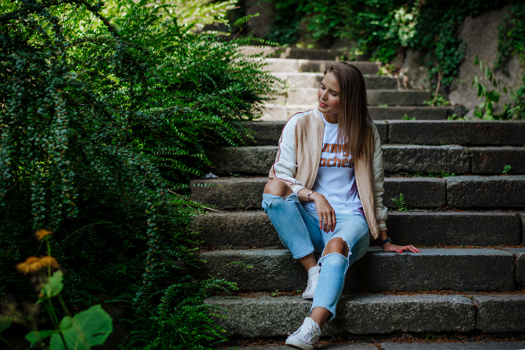 suelovesnyc_susan_fengler_sommer_outfit_closed_wendejacke_sunny_beaches_ganni_tshirt