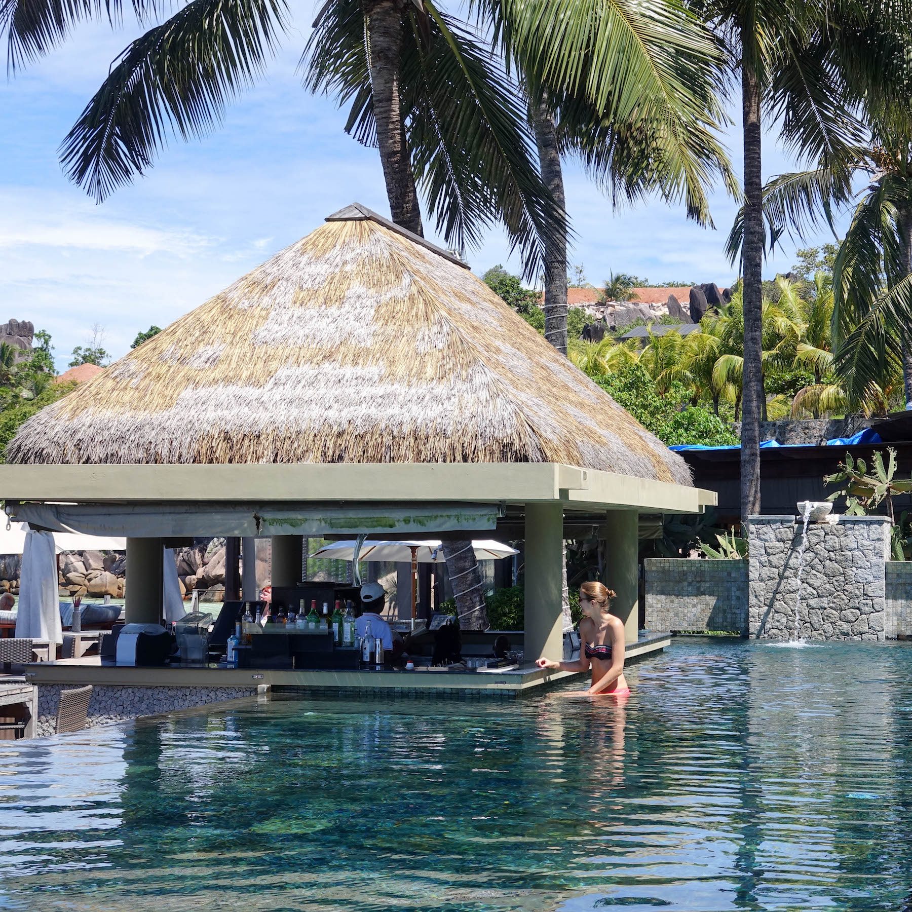 Seychellen Hotel auf la digue domaine de L'orangeraie suelovesnyc_seychellen_hotel_auf_la_digue_domaine_de_lorangeraie_orangeraie_pool_bar