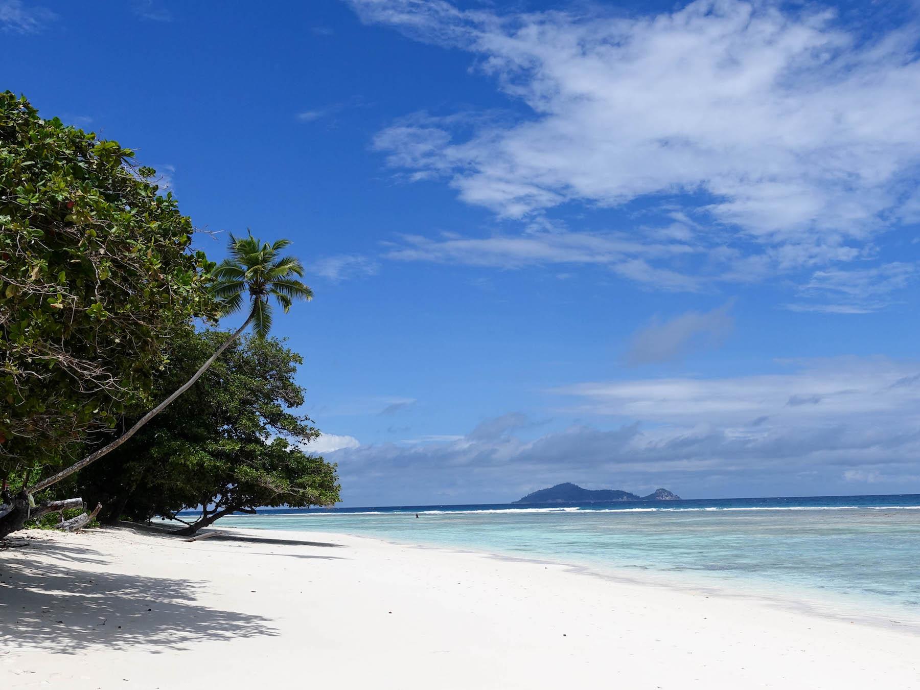 suelovesnyc_seychellen_hotel_silhouette_island_hilton_seychelles_labriz_resort_spa_beach_silhouette
