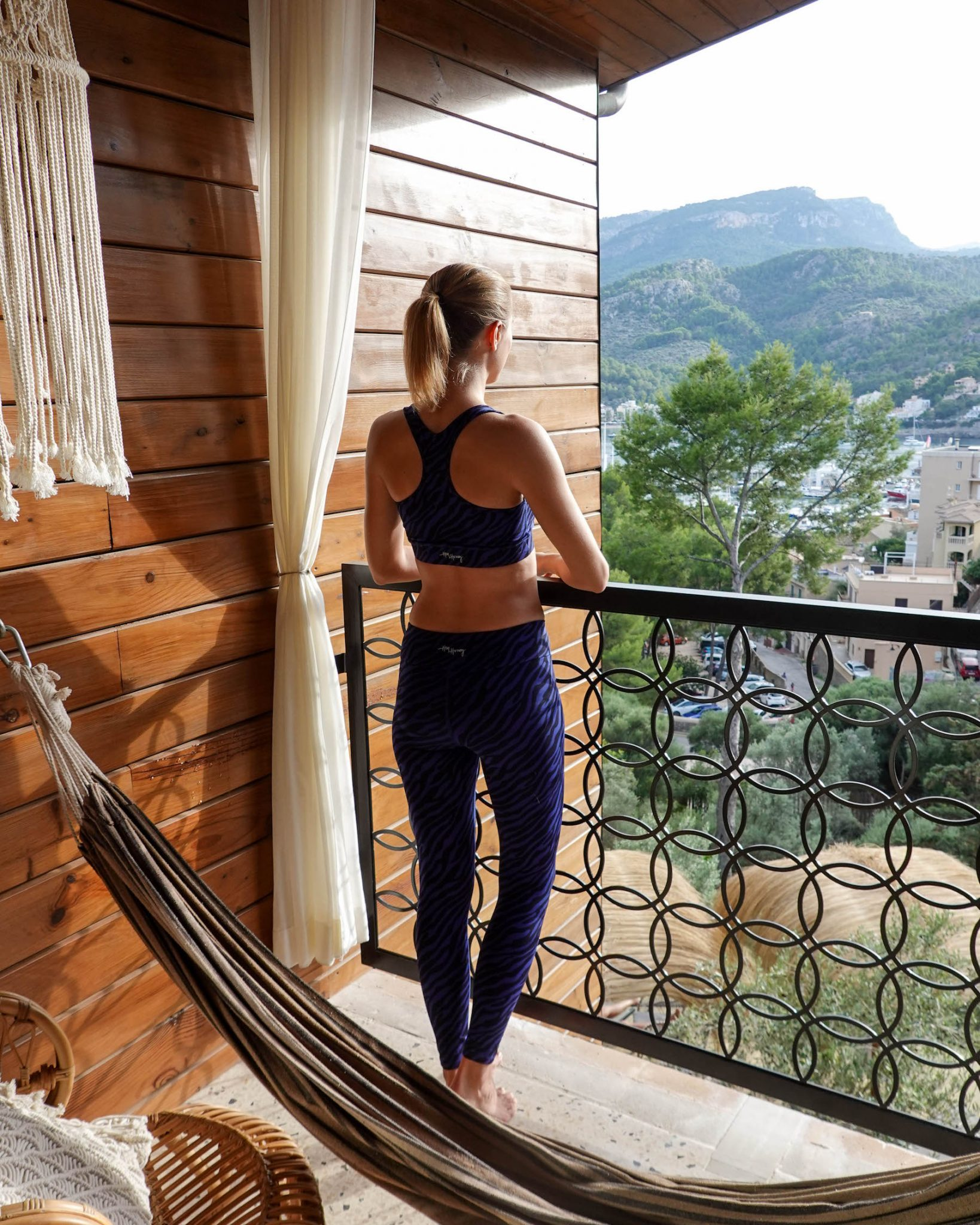 suelovesnyc_yoga_retreat_auf_mallorca_im_bikini_hotel_port_de_soller_bikini_island_and_mountain