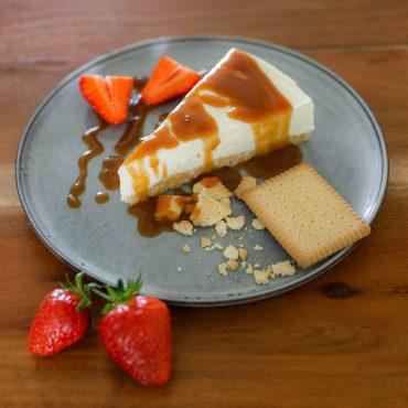 Salted Caramel Cheesecake Glutenfreier Cheesecake mit Keksboden und Karamell-Sauce suelovesnyc_salted_caramel_cheesecake_glutenfreier_cheesecake_mit_keksboden_und_gesalzene_karamell_sauce