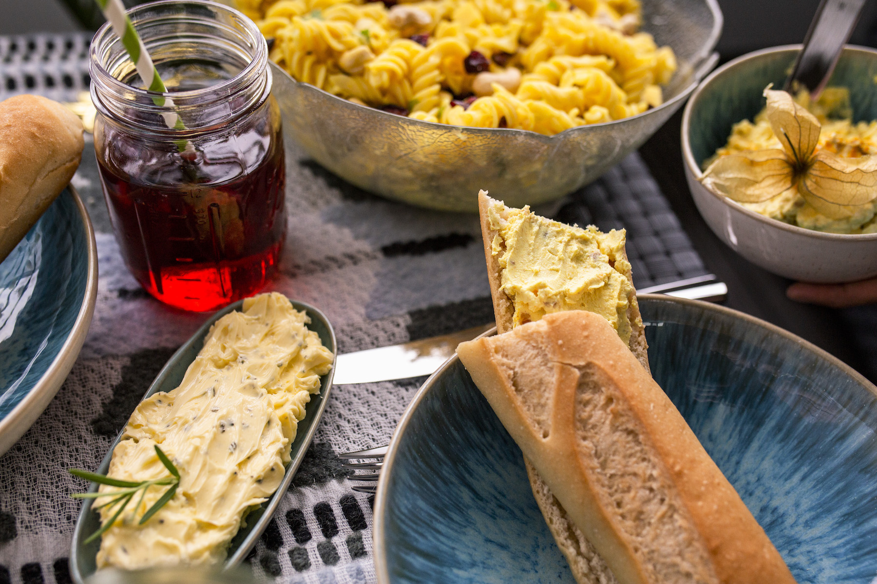 rosmarinbutter suelovesnyc_glutenfrei_grillen_rezepte_glutenfreier_curry_nudelsalat_glutenfreies_baguette_schaer_cheesecake_aufstrich_rosmarinbutter