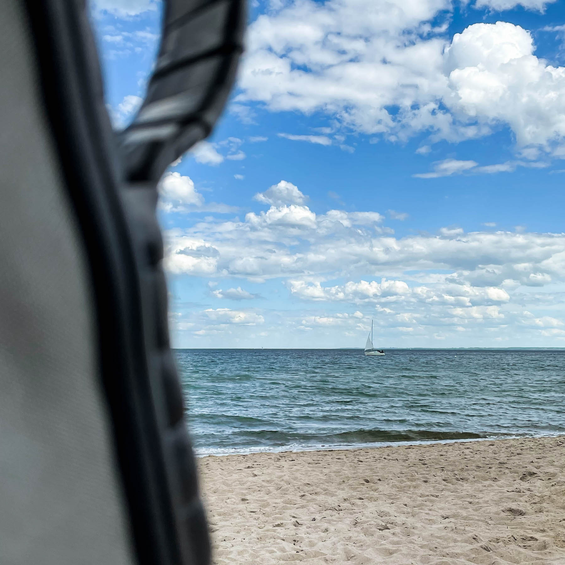 suelovesnyc_weekly_update_hamptons_scharbeutz_offline_pause_tag_am_Strand Offline-Pause Tag am Meer
